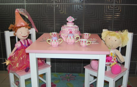 pink-and-friend-at-tea-party4